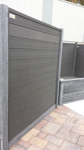 Composiet scherm met betonpalen schutting